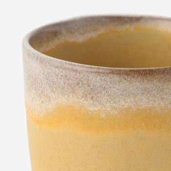 カップの縁は、ハンドペイントならではの優しく自然な風合い。1点1点少しずつ表情が異なります。