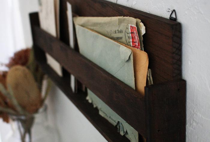 板を使いやすいサイズに糸ノコなどでカットし、木板を組み合わせてネジで固定したら、好きなカラーでペイントするだけで、レトロ感あふれる素敵なレターラックの完成です♪横長のオープンなタイプなので手紙を差し込んでも見やすく、取り出しやすさもバッチリです。
