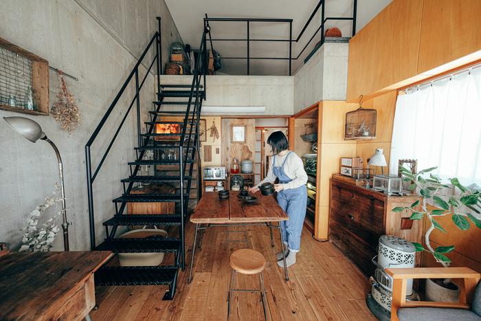 上の画像と同じお家の別のスペースです。こちらは古道具や家具が昭和な雰囲気を醸し出しています。ストーブや鳥かごなど、細部までレトロにこだわったすてきなお部屋ですね。様々なスタイルをミックスしていても統一感が感じられます。