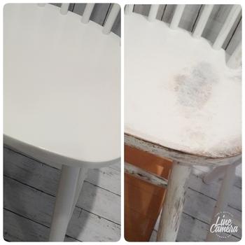 左のようなツルツルなチェアーの表面に、アクリル絵の具の白をスポンジで全体に叩いて塗布していきます。アクリル絵の具が乾いたら、アンティークメディウムを布と刷毛で塗布していきます。刷毛を立てて擦れるようにするとアンティーク感が出てきます。  アンティークメディウムを塗布し過ぎた時は、スポンジを使ってアクリル絵の具で修正しましょう。  よく乾かしたら完成です!アンティークメディウムは塗り過ぎると古めかしさが出すぎてしまうので、少なめに付けるのがコツなのだそうです。ブロカントなフレンチスタイルに合いそうですね!