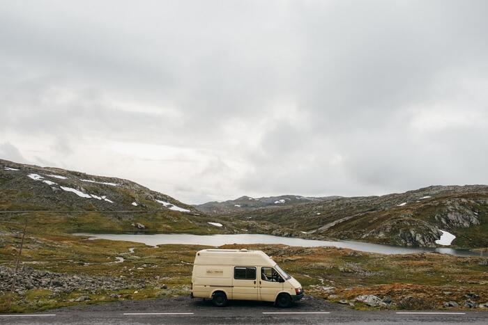 ツッコミどころが満載なのに、なんだか素直に受け入れてしまうような……。独特の時の流れとノルウェーの美しい景色や街並みも一緒にお楽しみください。