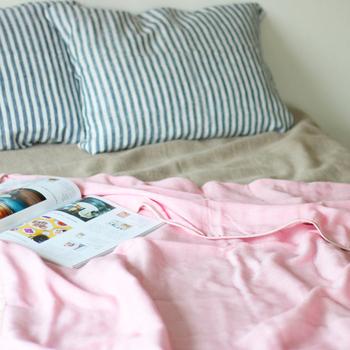 汗ばむ季節には爽やかに、肌寒い季節は暖かく体を包み込む。ガーゼケットは、一年中快適な眠り心地を実現してくれます。幅広いカラーバリエーションから、ぜひお気に入りをみつけてみてください。