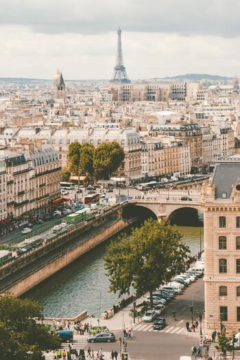 とある理由からパリへ向かうことになったマリエには、予想していなかった思いがけない出会いが。不器用だけと真っ直ぐに生きるマリアの姿には、思わず応援したくなってしまいます。マリエの人生に勇気と元気を貰えるおすすめ作品です。