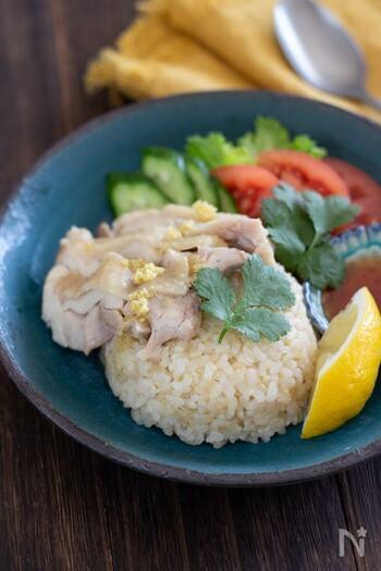 下準備をした鶏もも肉と調味料を炊飯器に入れて炊き込むお手軽レシピは、玄米に鶏肉のうま味が染み渡ってジューシーなレシピ。仕上げにしょうがソースをかければあっという間に出来上がりです。