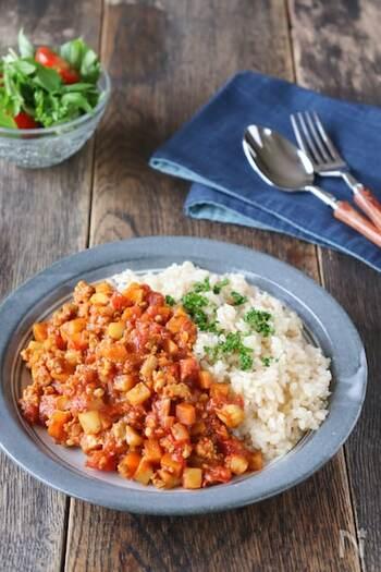 玄米と根菜を使ったカレーは食物繊維が豊富で見た目も鮮やか。噛み応えもあるので満足感を感じられます。コクのあるカレーは玄米との相性もぴったりです。