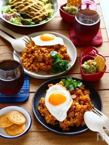 スパイスの効いた甘辛味のご飯がおいしいジャンバラヤを炊き込みご飯で。チリパウダーやカレー粉を控えめに使用して辛味を抑えると、お子様でも食べやすい味になります。