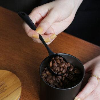 キャニスターによっては、豆の状態で保存することを前提に作られた製品と、粉の状態での保存を考えている製品があります。よく使うコーヒー豆の状態とキャニスターの相性があっているかもチェックしましょう。豆でも粉でもOKなキャニスターも、もちろんありますよ。