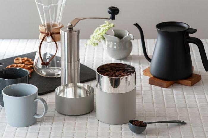 ブリキのキャニスターは軽くて毎日使いに便利な保存容器です。ピッタリと沿うように作られた内蓋と外蓋のお陰で、コーヒーの劣化を防いでくれます。ふたを閉めればオブジェのように究極にシンプルで美しいデザインです。