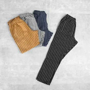 ブラック、グレー、ブルー、ベージュの4色展開です。サイズは無地もストライプも同様にS・M・Lの3サイズあります。くるぶしを出すか出さないか、イメージの着丈で選びましょう。
