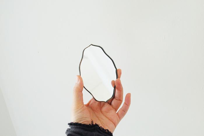 外見だけではなく、心も含めた自分の「在り方」に向き合う決意を込めて。お誕生日という節目にとっておきの「鏡」を選んでみるのも素敵。  手鏡だけではなく、お部屋の中に置く大きなミラーを改めて用意してみてもいいですね。  「自分を見つめる道具」としてだけではなく、鏡に向かって笑顔を作ったり、おまじないのように語り掛けたり・・・「なりたい自分になるための強い味方」にもなってくれるものだからこそ、思わず手に取りたくなるようなお気に入りを見つけてみましょう。