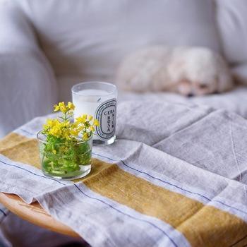 小さなテーブル用のちょっとしたクロスとして使えます。大きなテーブルクロスは洗濯もアイロンも大変ですが、キッチンクロスならそんな心配もご無用ですね。