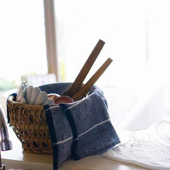 碗かごにクロスを敷いて洗った食器類をのせれば、お皿についた水滴を受けるのはもちろんのこと、埃よけや目隠しにも。上からさっとクロスの端をかければ、急な来客にも慌てずにすみますね。
