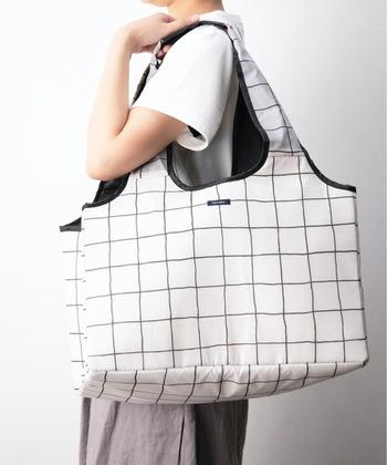レジカゴ用バッグは大きくてかさばるイメージですが、コンパクトにできる商品もあります。  こちらの商品は持ち手もスッキリとコンパクトにまとめられ、バッグの中に入れておけば、買い物中も邪魔になりません。
