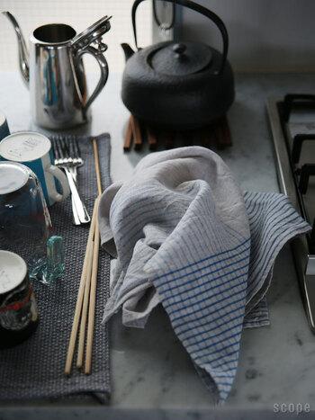 50cm×80cmと大判なリネン100%のキッチンクロス。薄手なので細部までしっかり拭き上げることができ、使えば使い込むほどに柔らかくなり吸水性も上がっていくのはリネンならでは。