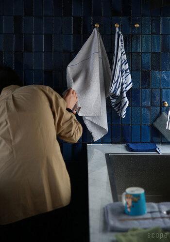 大きくて乾きもいいから、キッチンだけでなく洗面所の手拭きタオルとして使ってもいいかも。フックに引っ掛けて気軽な感じで使用するのが似合う、ラフな風合いが魅力です。
