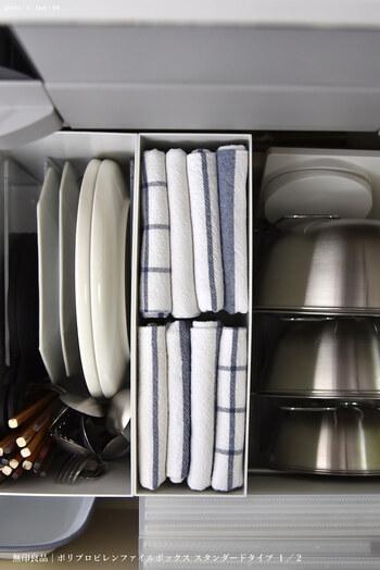 キッチンのシンク下にシンデレラフィット。使いたいときすぐに取り出せて機能的ですね。