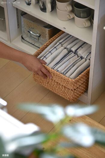 無印良品のラタンバスケットにキッチンクロスを収納。イケアのキッチンクロスでまとめているのでスッキリと統一感が出て、キッチンがごちゃついた印象になりませんね。