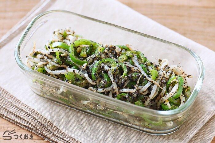 黒ごまの香ばしい旨味で味が決まる、ピーマンともやしの黒すりごま和えのレシピです。野菜を楽しめるヘルシーな常備菜。