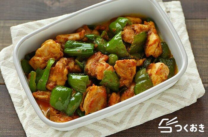 簡単エスニック料理、鶏肉とピーマンのカレーマヨ炒めのレシピです。カレーのスパイシーさがマヨネーズで中和されてマイルドに。ピーマンの食感もほどよいアクセント。