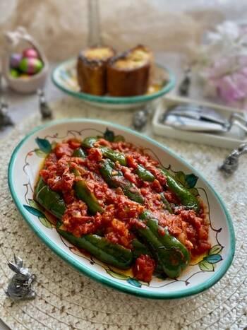 大きめに切ったピーマンを、にんにくと赤唐辛子を効かせたピリッと辛いトマトソースで炒め煮に。ソースはパンに乗せたりパスタと絡めてもおいしいです。