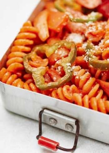 らせん状のショートパスタで作るナポリタン。ウインナーや玉ねぎなどの具材を炒めて味付けしたら、茹でたパスタを絡めて出来上がり。お弁当の彩り要員にも役立ちます。