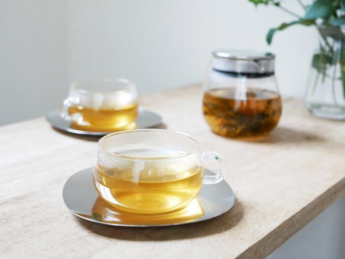 冷房で冷えてしまった体には、あたたかい紅茶やハーブティーをそそいでどうぞ。シンプルなガラス製のマグは、お茶の葉や飲み物の色合いを楽しめるのも嬉しいですよね。