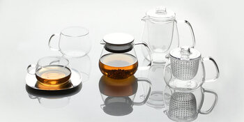茶葉のジャンピングの様子や、抽出されていく色の変化をじっくり楽しめるクリアなティーセット。お茶そのものをゆっくり楽しみたい方におすすめです。ガラスの繊細なイメージを作り変えるおおらかな使い心地が魅力。