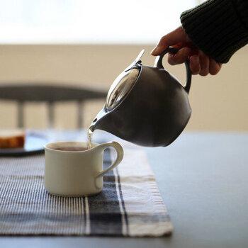 気軽に楽しめるマグタイプのセットです。ころんとした小さめティーポットは、ひとり時間にぴったり。ポットの底まで届くロングタイプの茶こしで、ひとりぶんの量のお湯でもおいしく紅茶が入ります。