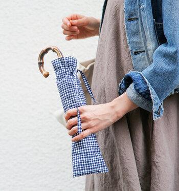 傘袋にもドローイングによるギンガムチェック生地を使い、素朴ながらも愛着がわく可愛さとなっています。ちょこんと飛び出した持ち手も天然ならではの味が出て素敵ですね。
