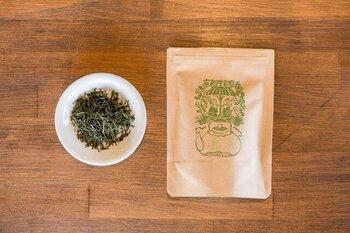 農薬や化学肥料を一切使わずに育てられた茶葉から作られています。強い旨みとふっくらした香りが特徴の煎茶です。一度湯呑みにお湯を注ぎ、50℃ほどに冷ましてから淹れると、お茶のおいしさを最大限に引き出すことができます。