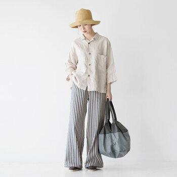 ネイビー×ホワイトのストライプ柄パンツに、薄いベージュのシャツを合わせたコーディネートです。ストライプ柄パンツの印象が強い分、シンプルなアイテムとの組み合わせでバランス感を意識しましょう。