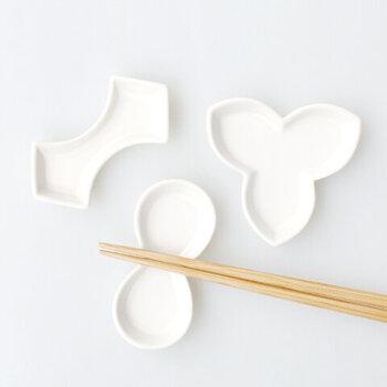 創業350年という老舗の有田焼の窯元「今村家」と、デザイナーの大治将典さんが作り上げた磁器ブランド「JICON(磁今)」。ハーフマットな質感の上品さで、暮らしを美しく彩る器を作っています。