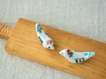 岐阜で陶芸作品を作っている、作家の米満麻子さんの箸置きです。とぼけたような表情の小鳥や、体にあしらわれた花のデザインなど、キュートなポイントが小さな体に散りばめられています。