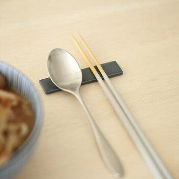 大きいサイズはカトラリーレストとして、箸と一緒にスプーンやフォークなどを並べておくこともできます。カラーはクールグレートストレートグレーの2色展開。