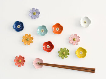 磁器素材で作られた、カラフルなお花の箸置きです。小花デザインは程よい深さがあり、薬味などを盛って使っても◎ 食卓に華やかな色どりをプラスしてくれる、素敵な箸置きです。