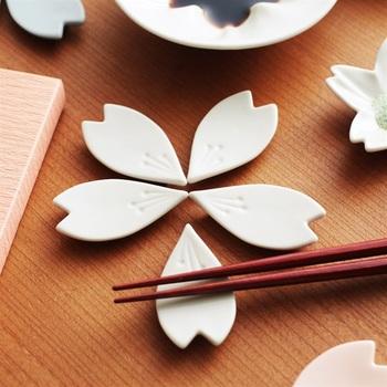 九谷焼で作られた、桜をモチーフにした箸置き。桜の花びらを模した箸置きが5枚セットになっていますが、全て並べると1つの桜の花になるのが素敵。ピンク・ホワイト・ブルーの3色から、好みの色を選べるのもうれしいポイント♪
