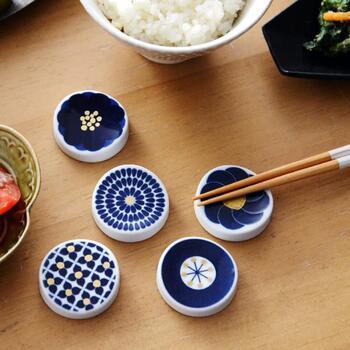 波佐見焼の磁器に、ブルーで花柄を施した丸い箸置き。コスモスやアジサイなど、日本人になじみ深い花をイメージした箸置きは、モダンな印象で和食にも洋食にも合わせやすいアイテムです。
