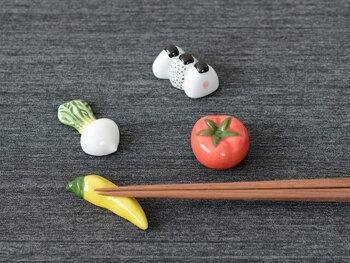 さまざまな食べ物をイメージして作られた、陶器素材の箸置きです。野菜や果物、おにぎりやタコウィンナーなどなど、カラフルでキュートな食べ物シリーズを展開しています。家族の好みの食べ物をチョイスして、それぞれ専用の箸置きにするのもおすすめです。