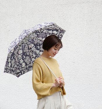 繊細な花柄デザインが両面に描かれたリバティプリントの傘で、出先でも気分が上向きになること間違いなし。晴れの日も雨の日も使える実用性の高さも嬉しいポイントです。