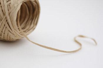 涼しげで爽やかな肌触りのコットンリネンにギマ加工を施した糸は、麻のような風合いも合って、ナチュラルな雰囲気。テープ状で程よい硬さもあるので編みやすい。しなやかで安定感あるバッグが出来上がります。