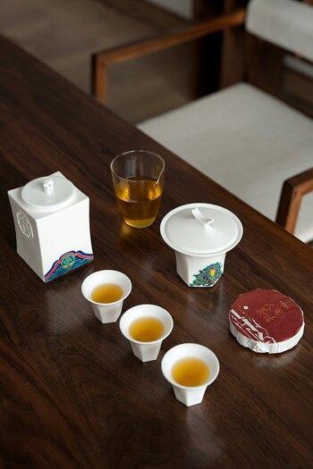 中国茶器がセットになったギフトボックスは自分用にもおすすめ。これひとつで基本の器が揃います。華やかな模様が描かれた茶葉入れと蓋椀が特徴です。口の広がった茶杯は、淹れたてのお茶の香りを楽しむのにも向いています。