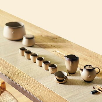 うずまき模様がかわいい、カジュアルな雰囲気のティーセットです。ころんとしたフォルムの紫砂急須は、お茶を淹れるのに最適な形。小さくても深めのカップは、お茶の香りを逃がすことなく楽しめます。