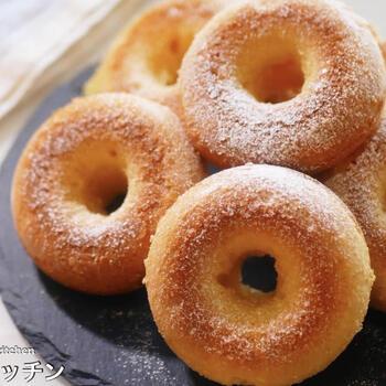 ご自宅にベーキングパウダーやアーモンドパウダーがなくても、ホットケーキミックスがあれば代用して簡単に焼きドーナツを作ることができます。作り方はとっても簡単で材料をボウルに入れ混ぜたあとオーブンで焼くだけです。詳細はリンクのレシピを確認してみてくださいね。