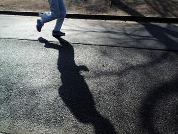 歩幅は狭く、10~40cmを目安にします。15秒に45歩を意識するとちょうど良いです。また、姿勢は背筋を伸ばし、目線を遠くにします。腕はリズムを取るように前後に軽く振り、呼吸も自然に任せて楽に行います。