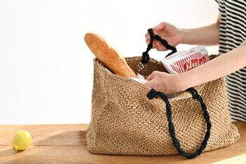 コットンリネンをベースにした糸(GIMA)を使って作るマルシェバッグ。マチがしっかりある紙袋のようなデザインで、たくさんの荷物を持ち運ぶときに便利。スジ編みとくさり編みを組み合わせた編み地はとてもシンプル。編み物に慣れていないという方も親切な編み方ガイドが付いているので安心です。