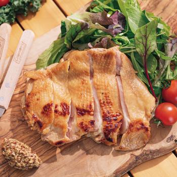 クラフトスパークリングワインと一緒にお肉をいただくなら、ややサッパリめのテイストに*「鶏もも肉の味噌ヨーグルト漬け」はその名の通り、味噌ヨーグルトに漬けて下味を付けた鶏もも肉を、ジューシーに焼き上げた一品。  前日の夜に仕込んで、当日は焼くだけで作れます〇