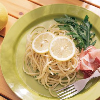 ペロリと食べられる軽めの主食として、「生ハムとレモンのパスタ」はいかがでしょう。シンプルな材料で作れますよ。  ニンニク、バター、レモンなどで作る香り豊かなソースにスパゲッティを絡め、仕上げに生ハムやレモンを添えて召し上がれ* ワインのシュワッと感も相まって、爽やか気分に浸れるお食事になりますよ。