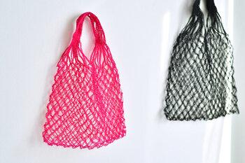 素材はプラスチック。細い糸を撚り合わせる加工の過程で柔らかく仕上がるので、とても繊細な表情。こちらは3本撚りの糸で、華奢なネットバッグを作るときにぴったり。しっかりめの編み地でかごバッグを作りたいときは、4本撚りがおすすめです。
