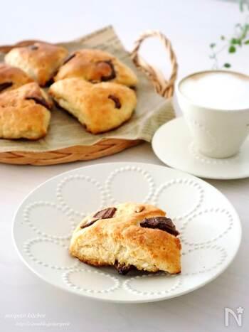 生地に板チョコを混ぜ込んだ、おしゃれなカフェ風スコーンです。バターの代わりにサラダ油を加えてヘルシーに仕上げています。オリーブオイルやココナッツオイルでも代用可◎サクサク食感が絶妙な味わいを堪能してみて♪