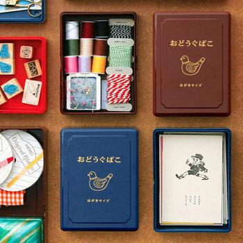 鳩のイラストに「おどうぐばこ」の文字が昔懐かしい雰囲気のアイテムです。プラスティック製で、軽くて水や汚れに強いのがポイントです。はがきが入るサイズは、カードの他文房具を入れておくのに十分な大きさです。